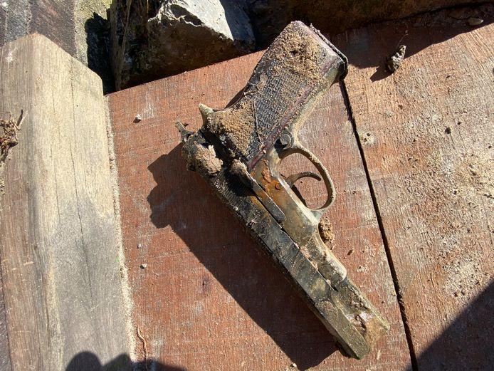 Magneetvisser vindt vuurwapen in water bij Oss.