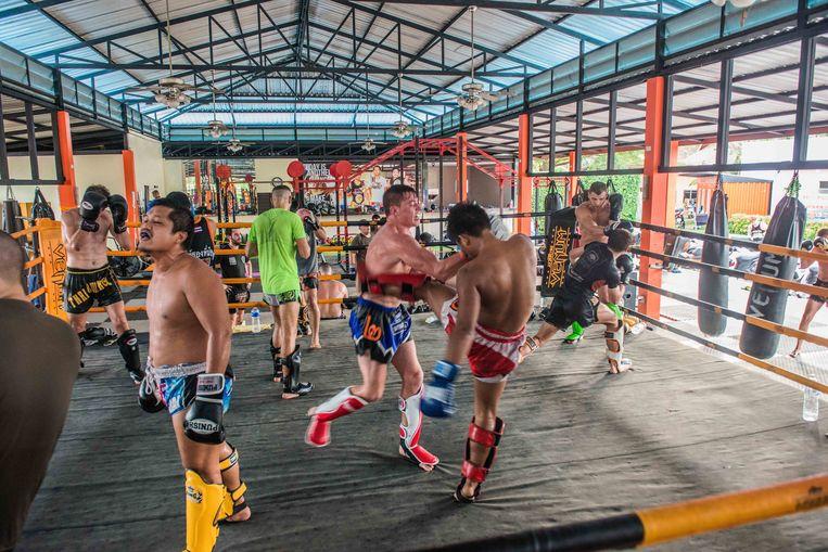 Thaiboksen in Thailand. Beeld Nils Elzenga
