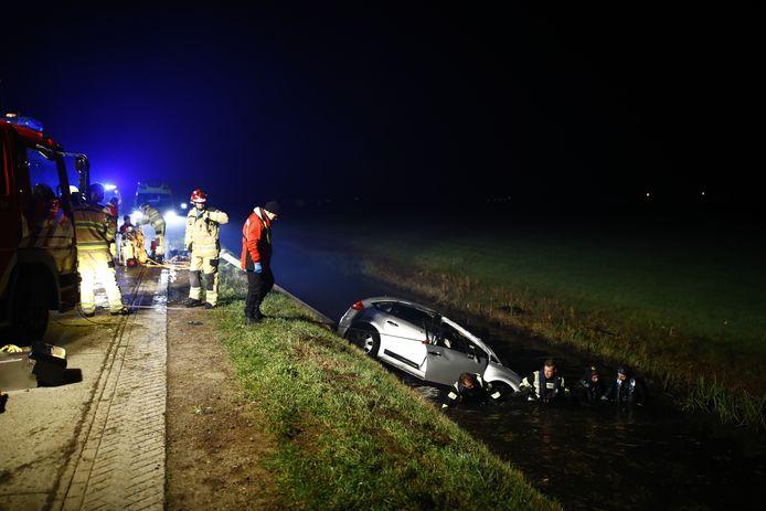 Auto te water op Nieuwendijk ten noorden van Zwolle