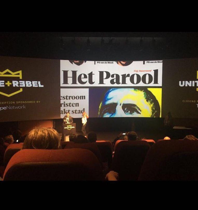Ronald Ockhuysen en Kamilla Leupen, de hoofdredactie van de krant, nemen de award in ontvangst Beeld Het Parool