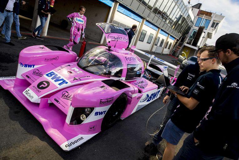 De bestuurder van de Forze VIII van de TU Delft, een raceauto op waterstof, staat klaar op de pitstraat van circuit Zandvoort.  Beeld ANP