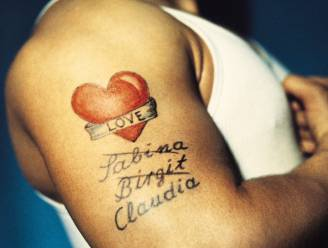 """De naam van je lief laten tatoeëren not done? Veel mensen doen het toch. """"Ik krijg dagelijks zo'n tortelduif over de vloer"""", zegt tattoo-artiest"""