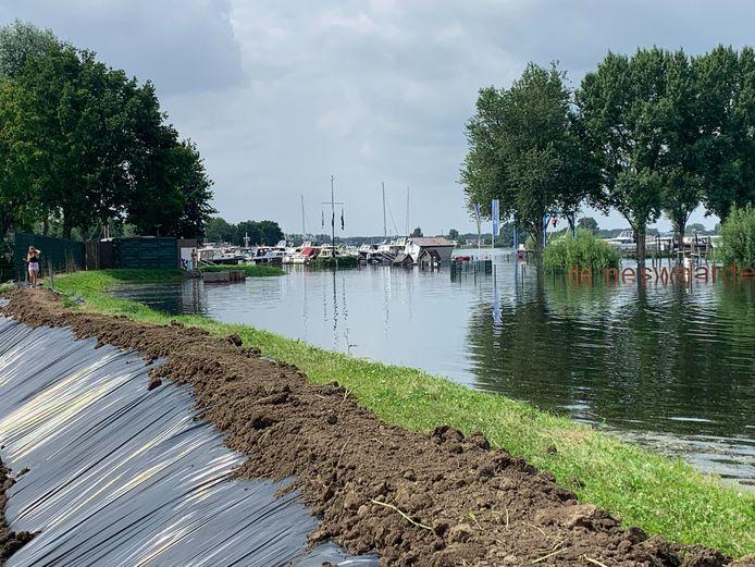 Bij recreatiegebied De Neswaarden in Aalst is een dijkje de afgelopen dagen al enkele malen versterkt.