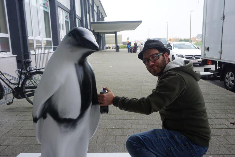 Oostendenaar Siegfried Vynck werkte buiten met graffiti aan een pinguïn.