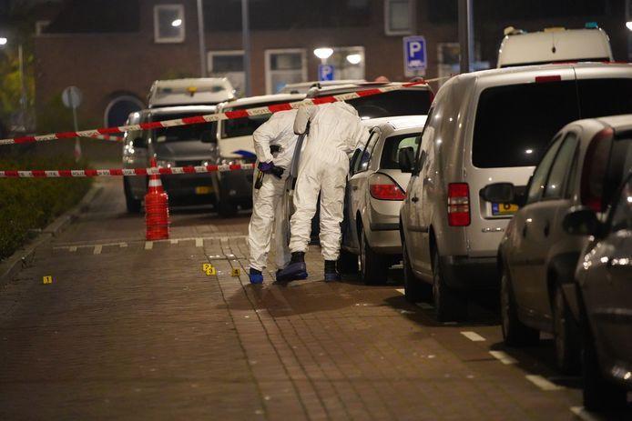 Rechercheurs van de forensische opsporing doen onderzoek ter plaatse.