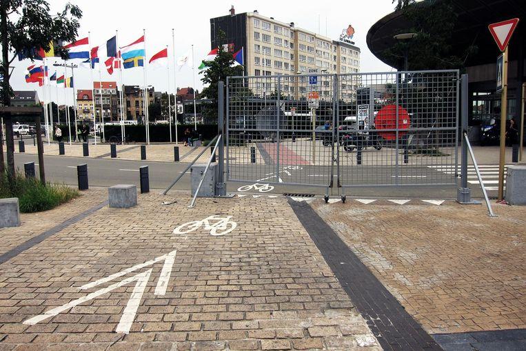 Aan het Zuidstation stond er eerst nog een hek over het fietspad, nu zijn dat betonblokken (zie boven).