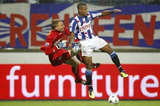 NEC-doelman Jasper Cillessen (links) in duel met Luciano Narsingh van Heerenveen.