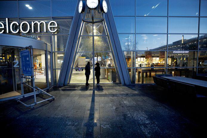 Eindhoven ED2020-8181 Reizigers op *Eindhoven Airport* tijdens lockdown.