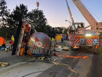 E34 in Zoersel volledig versperd door gekantelde vrachtwagen