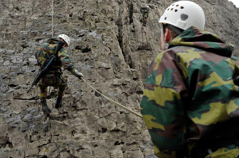 Militairen in actie tijdens een oefening in Marche-les-Dames.  Beeld Photo News