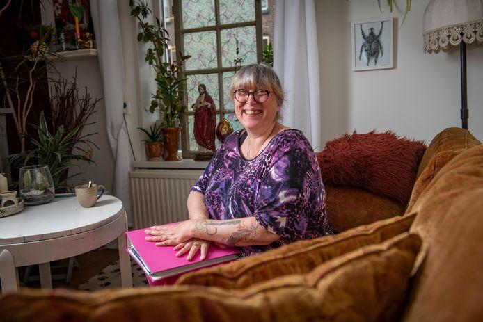 De map met schulden kan voor Kitty Kant (53) dicht. De Zutphense is na jaren definitief uit de schulden en wil met haar verhaal andere mensen helpen.