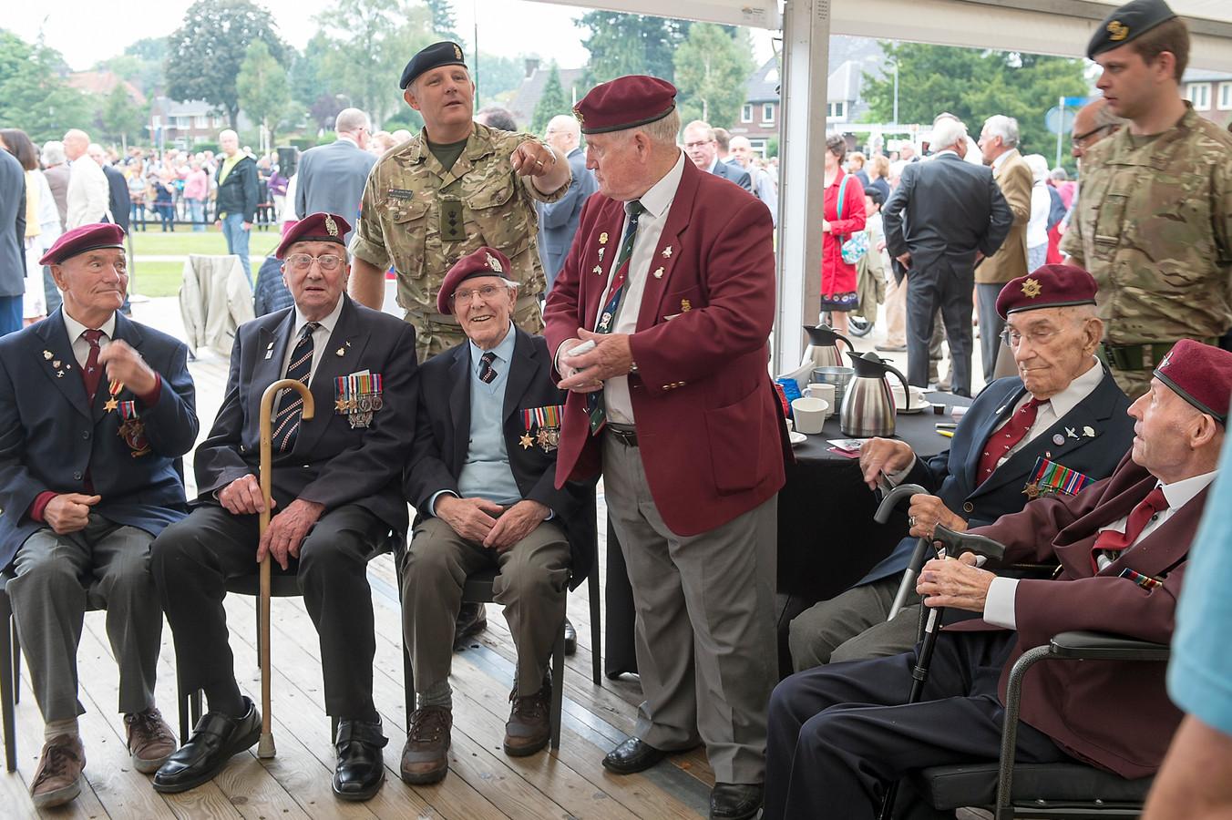 Britse veteranen in Oosterbeek tijdens de Airborne Wandeltocht van twee jaar geleden.