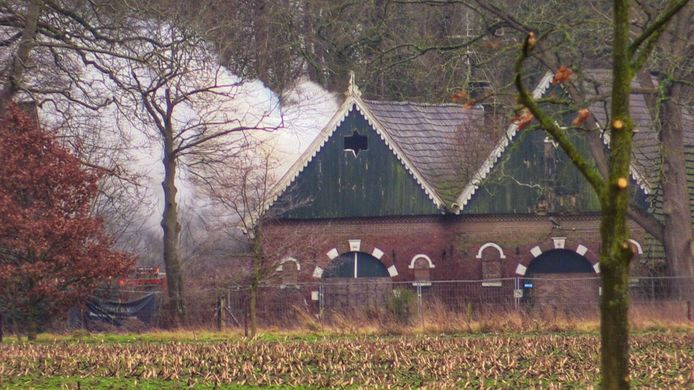 In een leegstaande boerderij aan de Heutinkstraat in Enschede is maandagmiddag brand uitgebroken.