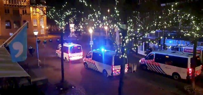 De politie maakt jacht op de relschoppers in het centrum van Geleen.