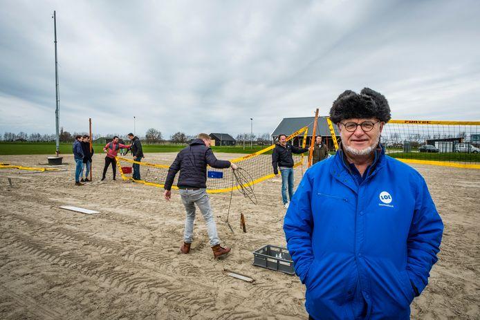 EVV-voorzitter Bertus Wijnne op de ijsbaan die dienst doet als beachvolleyveld.