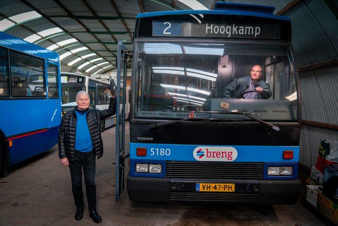 Herman Wilmer (links) en Quirien van der Linden van de Stichting Trolleymaterieel Arnhem bij enkele van de bussen in de collectie.