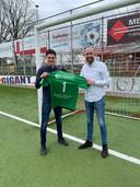 Nieuwe keeper Ronald Vlot (links) met Unitas' tc-lid Joost Verberk.