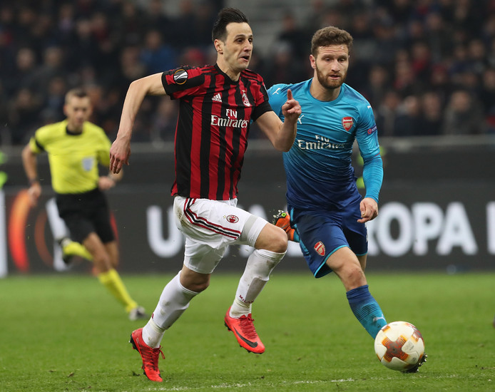 Kalinic namens Milan aan de bal tegen Arsenal.