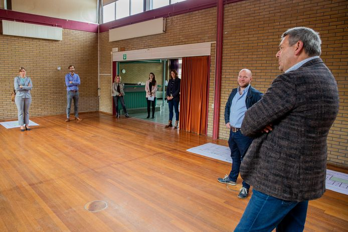 Maasbommel:  Gedeputeerde Peter Kerris (tweede van rechts) op bezoek in Maasbommel. Wethouder René Cruijsen (geheel rechts) geeft een rondleiding.
