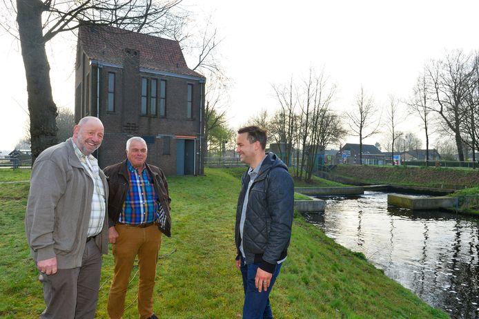 Vrijwilligers van de werkgroep Water van Hilverstroom, die de sluis hebben omgebouwd tot kleine waterkrachtcentrale. Vlnr. Jo van de Pas, Wim Diepstraten en John Horrevorts.