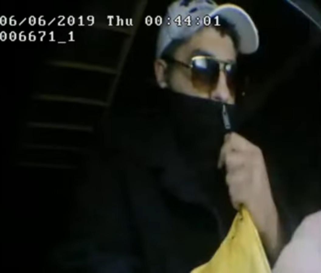 Een van de verdachten bij de pinautomaat.