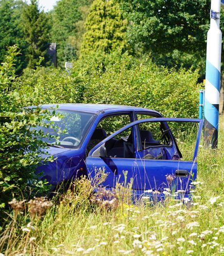 Twee auto's botsen in Alphen, één bestuurder komt in heg terecht