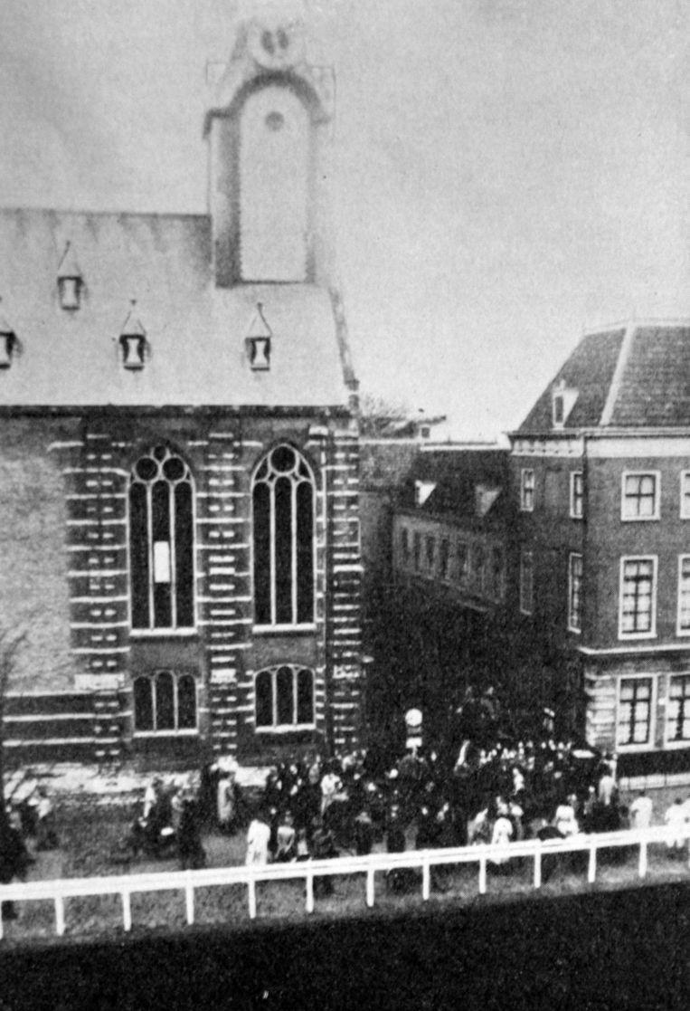 Studenten betogen op het Rapenburg in Leiden na de rede van professor Rudolph Cleveringa in november 1940. Beeld getty