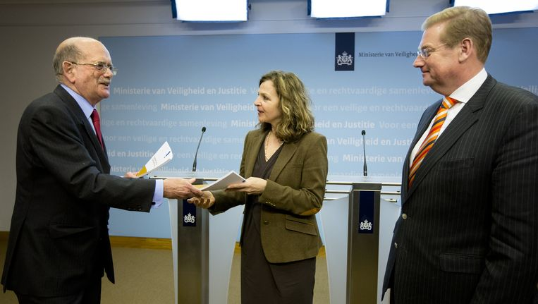 Carel Bleichrodt (L), voorzitter van de Evaluatiecommissie Tuitjenhorn, overhandigt het eindrapport aan Minister Edith Schippers (M) van VWS en minister Ard van der Steur van Veiligheid en Justitie. Beeld anp