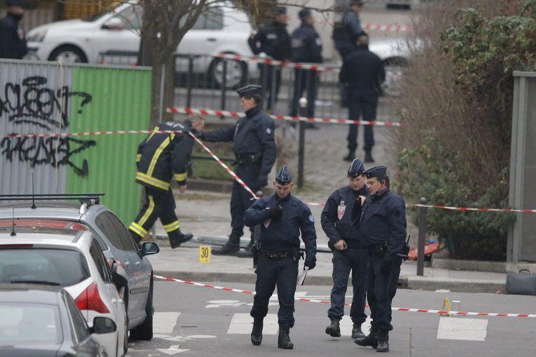 Franse agenten doen onderzoek voor de redactie van Charlie Hebdo in Parijs. Beeld ap