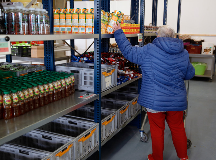De lopende band bij de Voedselbank in Hellevoetsluis is ingeruild voor winkelschappen.