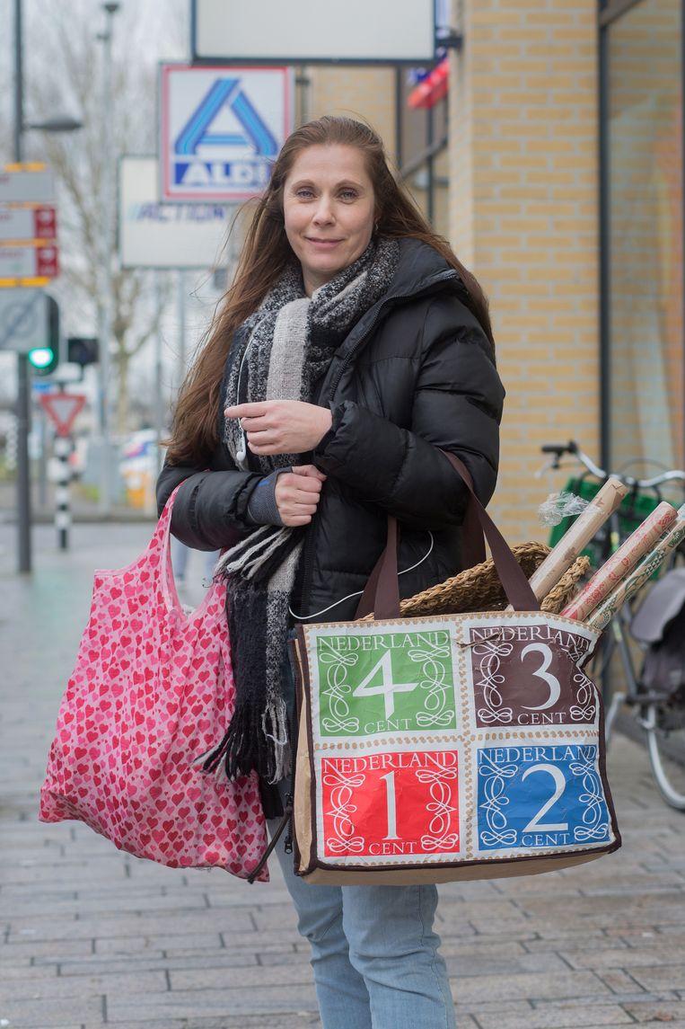 Nicole Faerber. In de tassen: o.a. inpakpapier, een 'mandje met lekkers', kerstverlichting en parfum Beeld Maartje Geels