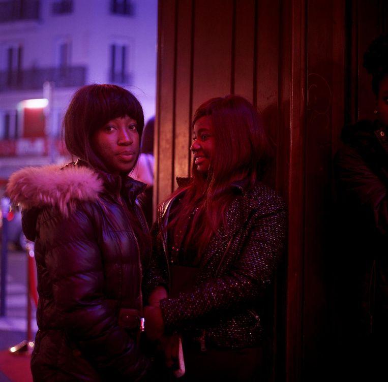 Frankrijk, Parijs, 16 februari 2014, twee jonge dames tijdens het uitgaan in Montmartre. Beeld null