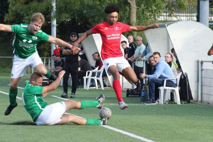 Een beeld uit het duel tussen Nieuwdorp (groen) en de zaterdagploeg van Goes.