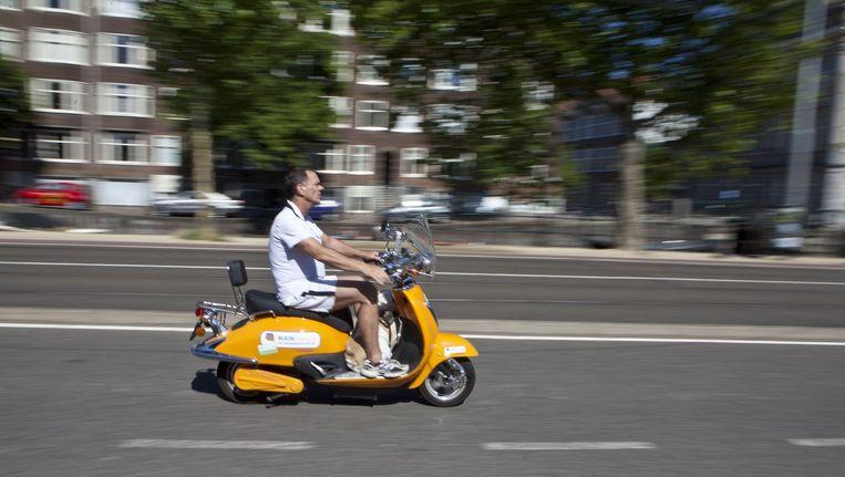 Stichting Scooterbelang liet een medewerker een hele dag testrijden op de rijweg. Beeld Floris Lok