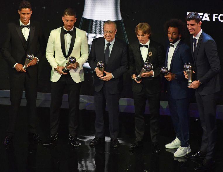 Real Madrid-voorzitter Florentino Perez (midden) poseert naast Raphaël Varane, Sergio Ramos, Luka Modric, Marcelo en Thibaut Courtois.