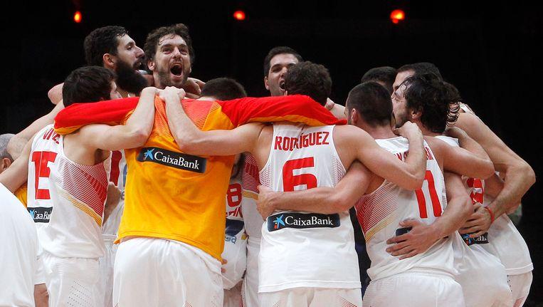 De spelers van Spanje vieren de Europese titel Beeld AP