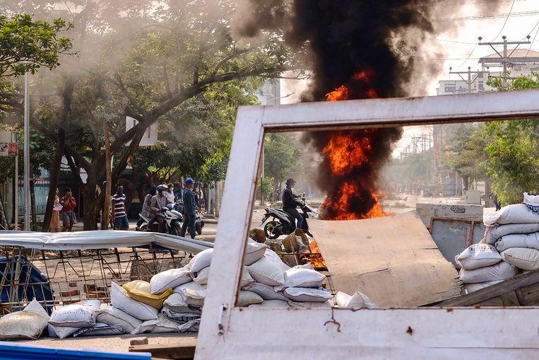 Een brandende barricade in de centrale Myanmarese stad Mandalay.  Beeld Facebook