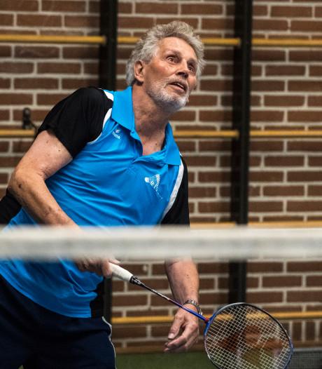 Gerrit (80) uit Hengelo is al vijftig jaar fanatiek badmintonner