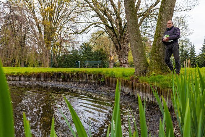 Theo van Bracht zet zich in voor het  Wandelpark in Waalwijk, hij maakt zich zorgen over het waterpeil in de vijver, dat zichtbaar decimeters te laag staat.