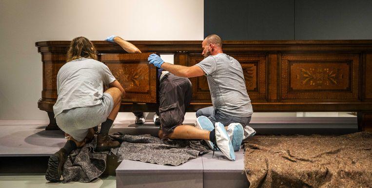 Een dressoir van Adolf Hitler wordt uitgepakt en in elkaar gezet in het Design Museum Den Bosch tijdens de opbouw van een overzichtstentoonstelling van de toegepaste kunst van het Derde Rijk.  Beeld ANP
