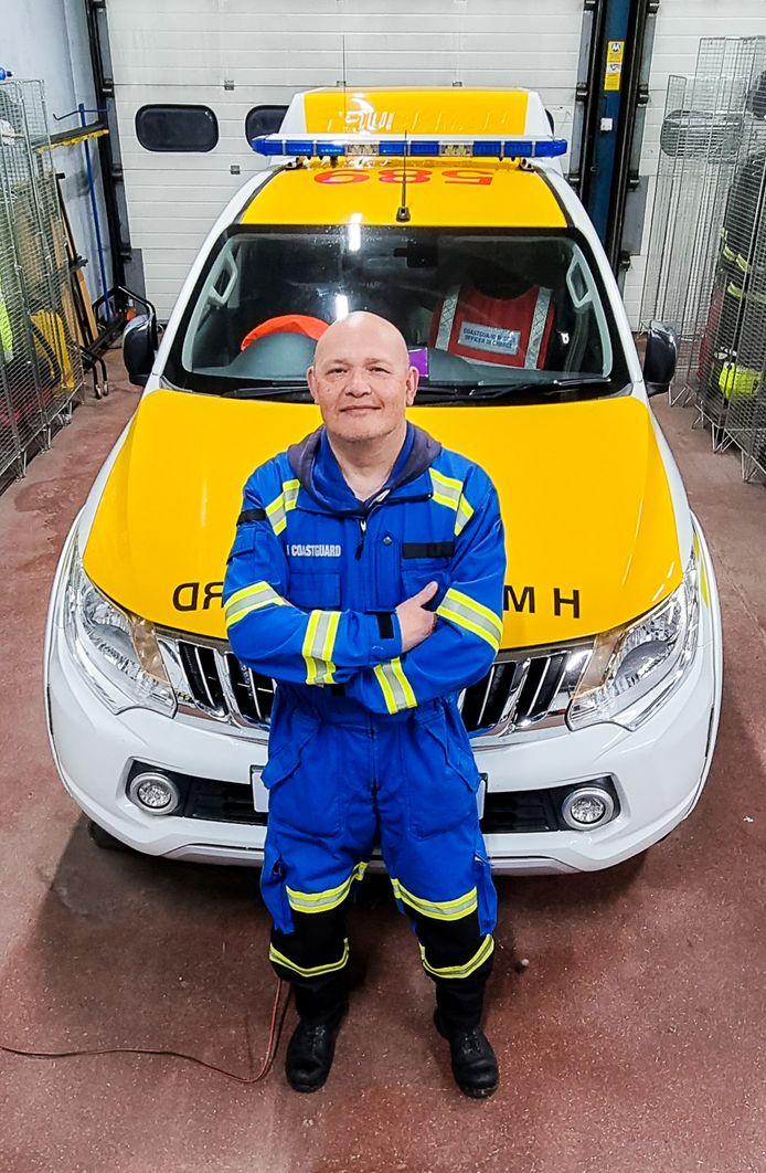 Jeffrey Pardoen in de garage bij de wagen van het reddingsteam.