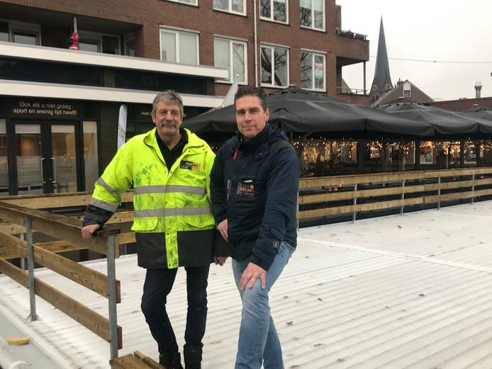 Gerard Laarhuis (links) en Stefan van der Heijden zijn al sinds maandag bezig om alles op tijd af te krijgen voor de opening van de ijsbaan op het Dorsetplein.
