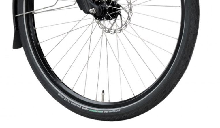 Dankzij een verende voorvork volstaan niet al te brede banden die in elk fietsenrek passen. Beeld
