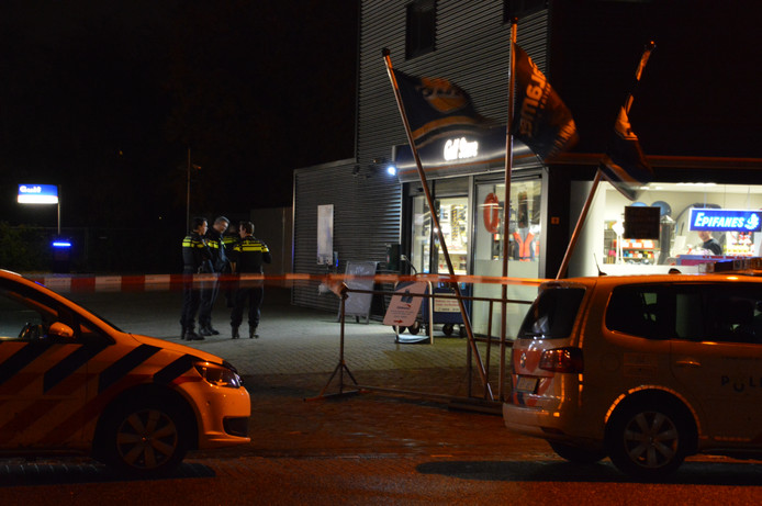 Politie bij het tankstation in Lelystad.