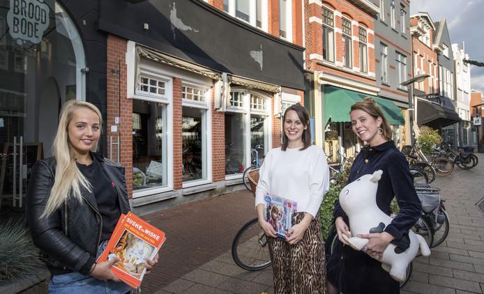 Claudia Buursen (rechts) en Valeri Schurink (midden) beginnen een pop-upkidsclub in het centrum van Enschede om ouders rustig in de stad te kunnen laten shoppen of genieten. Links nannie Linsey Smit.