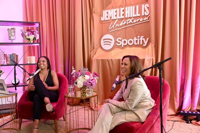 Amerikaans vicepresident Kamala Harris in gesprek met de bekende podcaster Jemelle Hill, tijdens een live-uitzending van Unbothered.  Beeld Getty Images for Spotify