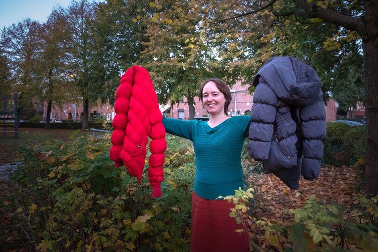 Sophie Bollen zamelt winterjassen en truien in voor armoedeorganisaties.