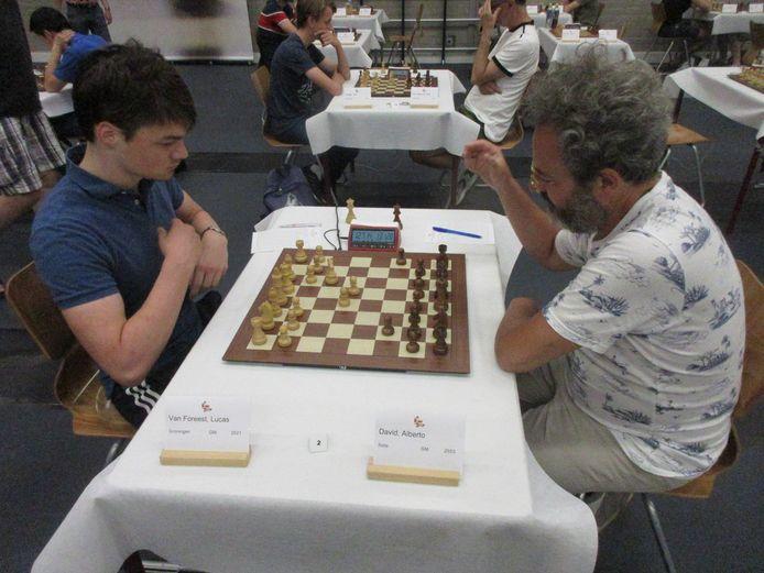 Landskampioen Lucas van Foreest (links) doet zijn eerste zetten tegen de Italiaan Alberto David op weg naar de gedeelde koppositie.