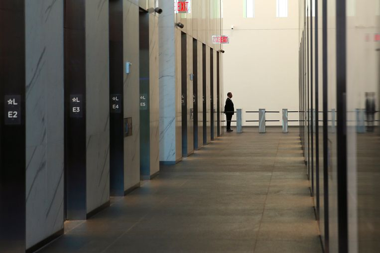 A building employee stands in the elevator lobby of the One World Trade Center tower in New York, November 3, 2014. The 104-story skyscraper built after 9/11 as the Freedom Tower but now simply called One World Trade Center welcomed publishing giant Conde Nast as its first tenant on Monday.  REUTERS/Mike Segar  (UNITED STATES - Tags: CITYSCAPE DISASTER REAL ESTATE BUSINESS) Beeld REUTERS