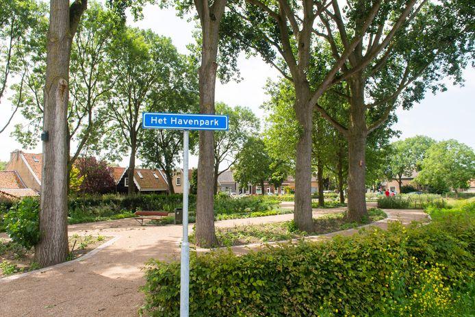 Drimmelen - Pix4Profs/René Schotanus. Lieke Schuitmaker onthuld het naambord en het park heet voortaan: Het Havenpark.